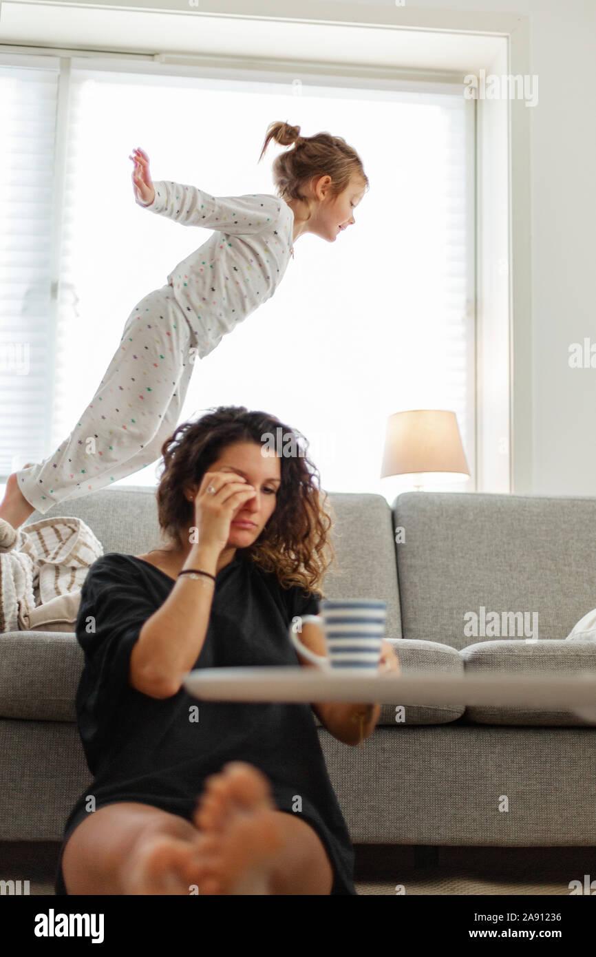 Madre e figlia in salotto Foto Stock