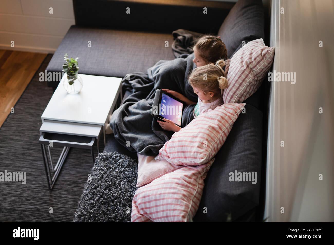 Le ragazze con tavoletta digitale Foto Stock