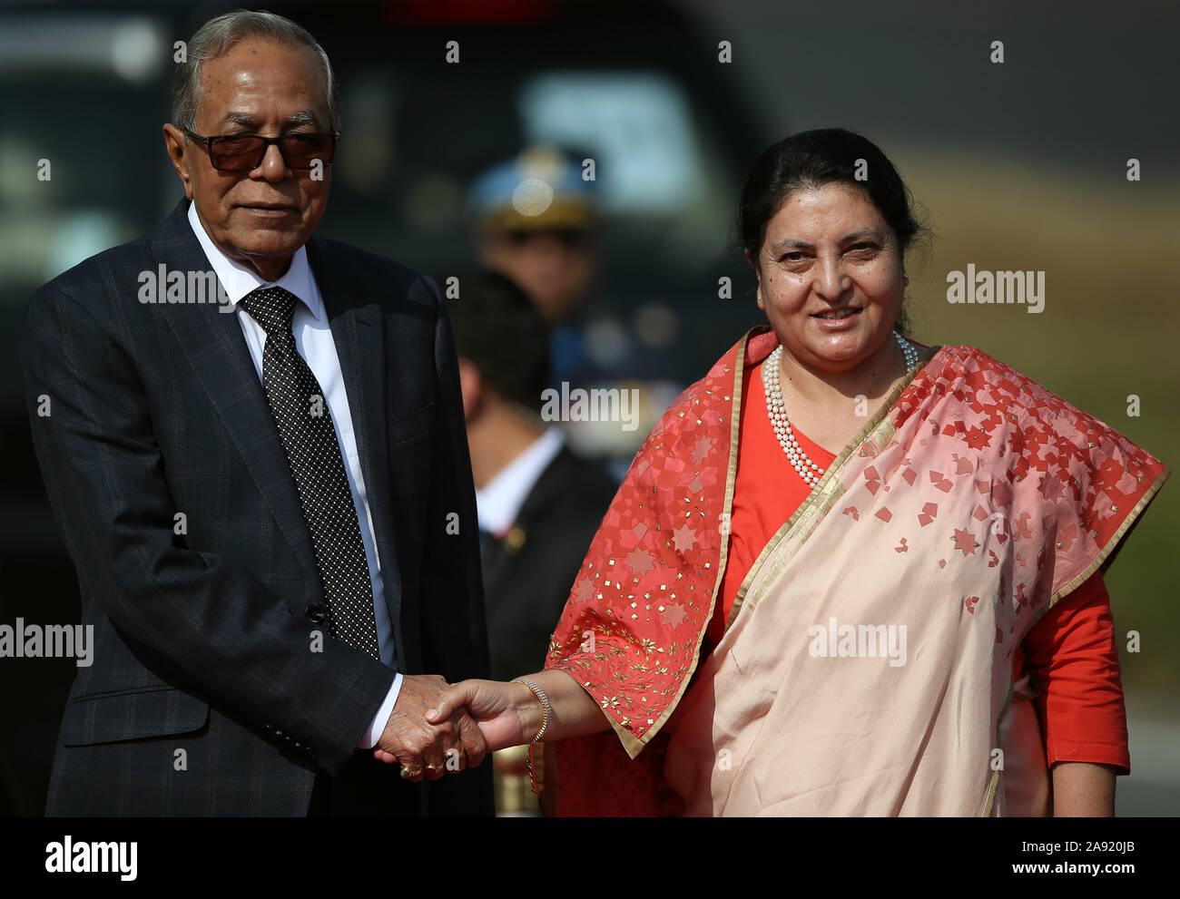 Kathmandu, Nepal. Xii Nov, 2019. Presidente del Bangladesh M Abdul Hamid (L) stringe la mano con il nepalese Presidente Bidhya Devi Bhandari presso l'aeroporto internazionale di Tribhuvan di Kathmandu, capitale del Nepal, nov. 12, 2019. Presidente del Bangladesh M Abdul Hamid è arrivato a Kathmandu il martedì per quattro giorni di buona volontà ufficiale visita. Credito: Str/Xinhua/Alamy Live News Foto Stock