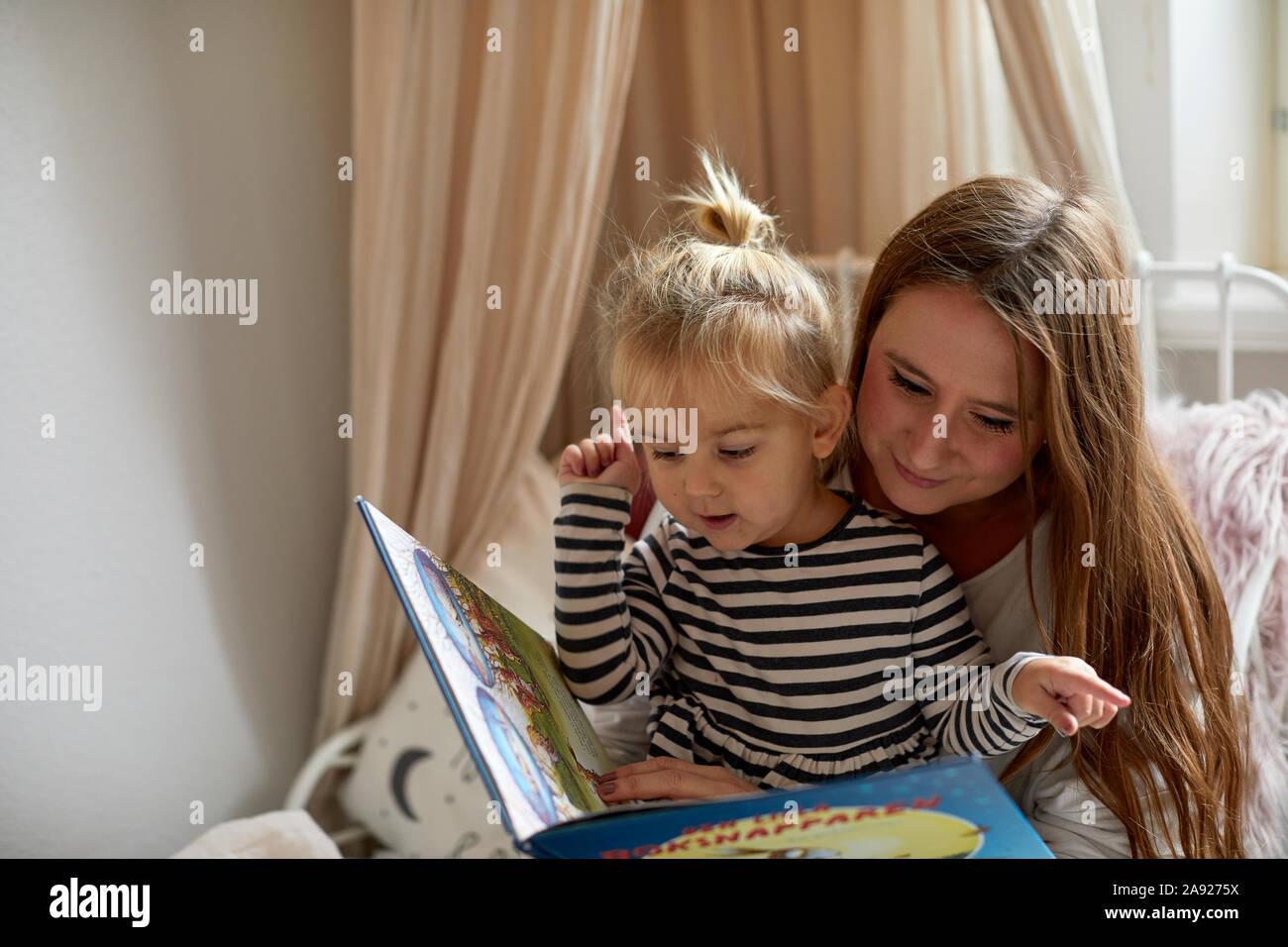 Madre e figlia libro di lettura Foto Stock
