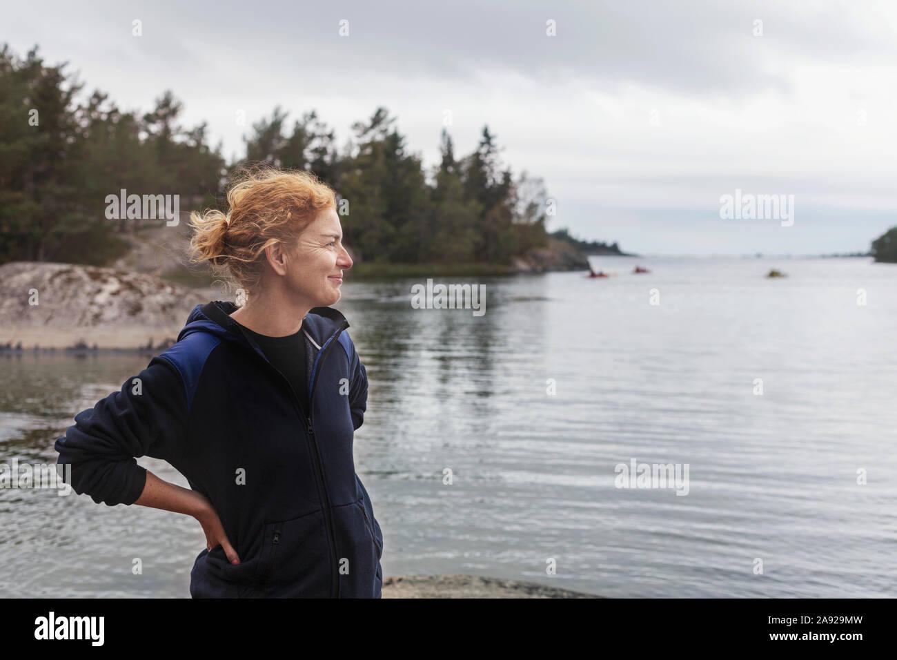 Donna da parte dell'oceano Foto Stock