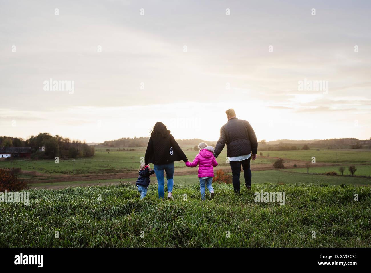 Famiglia camminando sul prato Foto Stock