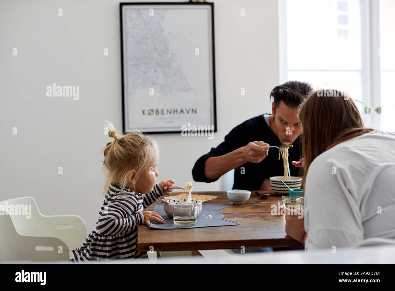 Famiglia al tavolo Foto Stock