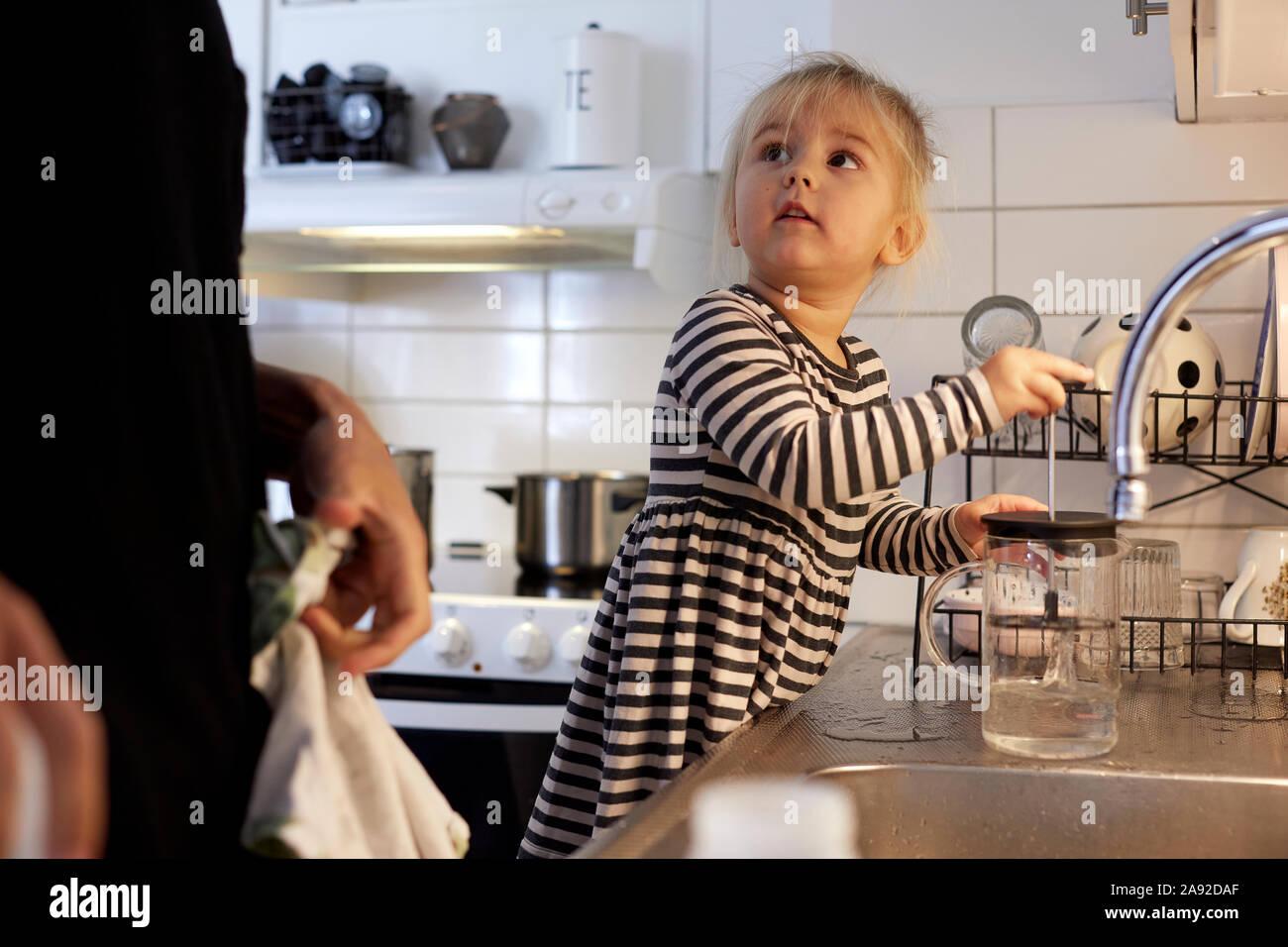 Ragazza in cucina Foto Stock