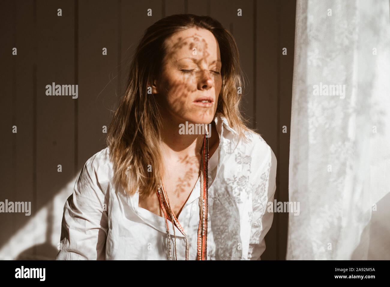 Donna con gli occhi chiusi Foto Stock