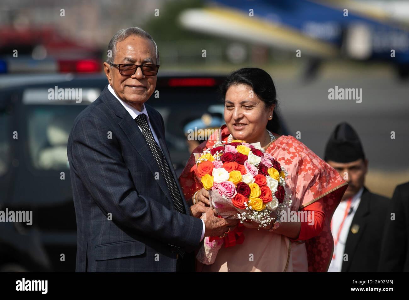 Kathmandu, Nepal. Xx Nov, 2019. Presidente del Bangladesh, Abdul Hamid (R) riceve un mazzo di fiori dal Nepal il Presidente Bidhya Devi Bhandari (L) al momento del suo arrivo presso l'aeroporto internazionale di Tribhuvan. Presidente del Bangladesh è su una tre-giorni di buona volontà ufficiale visita in Nepal su invito del Nepal è presidente. Credito: SOPA Immagini limitata/Alamy Live News Foto Stock
