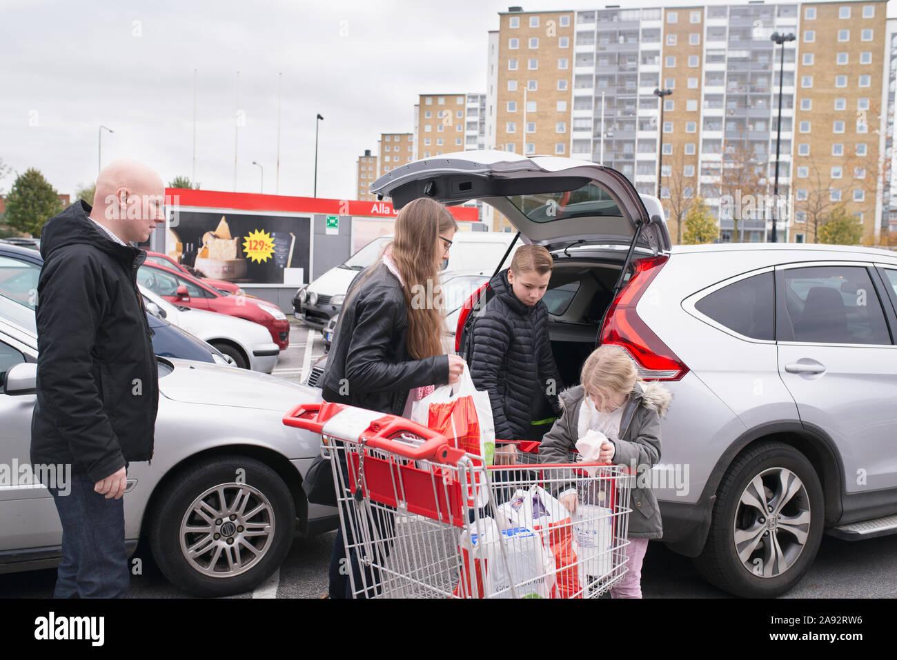 Famiglia shopping di caricamento Foto Stock