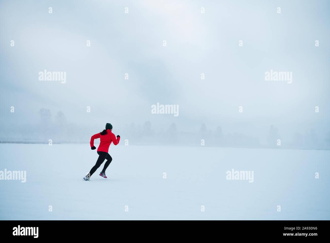 Donna jogging in inverno Foto Stock
