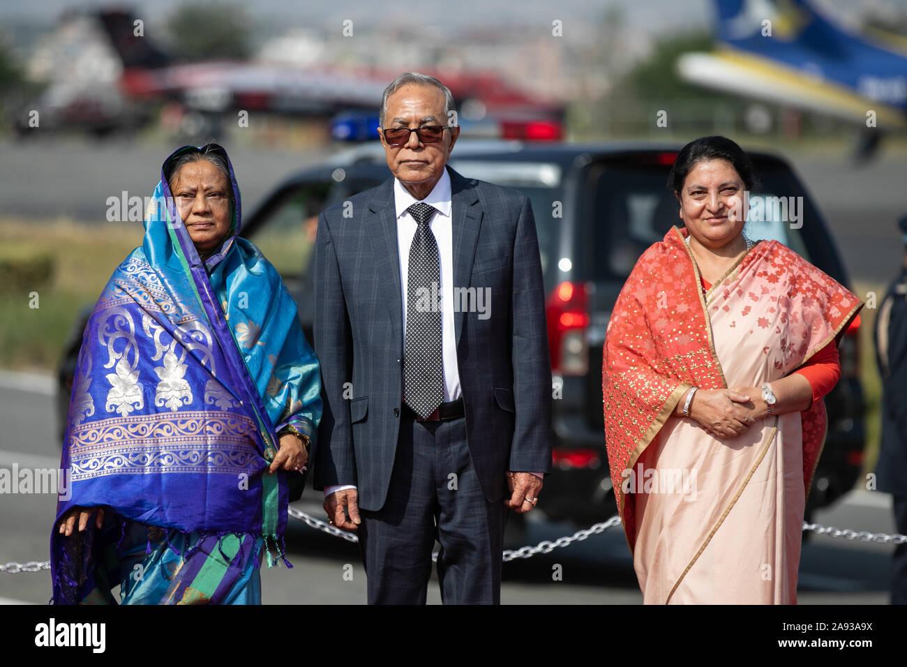 Kathmandu, Nepal. Xii Nov, 2019. Presidente del Bangladesh Abdul Hamid (c) e Presidente del Nepal Bidhya Devi Bhandari (R) e la first lady del Bangladesh Rashida Hamid(L) posa per una foto al loro arrivo presso l'aeroporto internazionale di Tribhuvan di Kathmandu il 12 novembre 2019 (foto di Prabin Ranabhat/Pacific Stampa) Credito: Pacific Press Agency/Alamy Live News Foto Stock