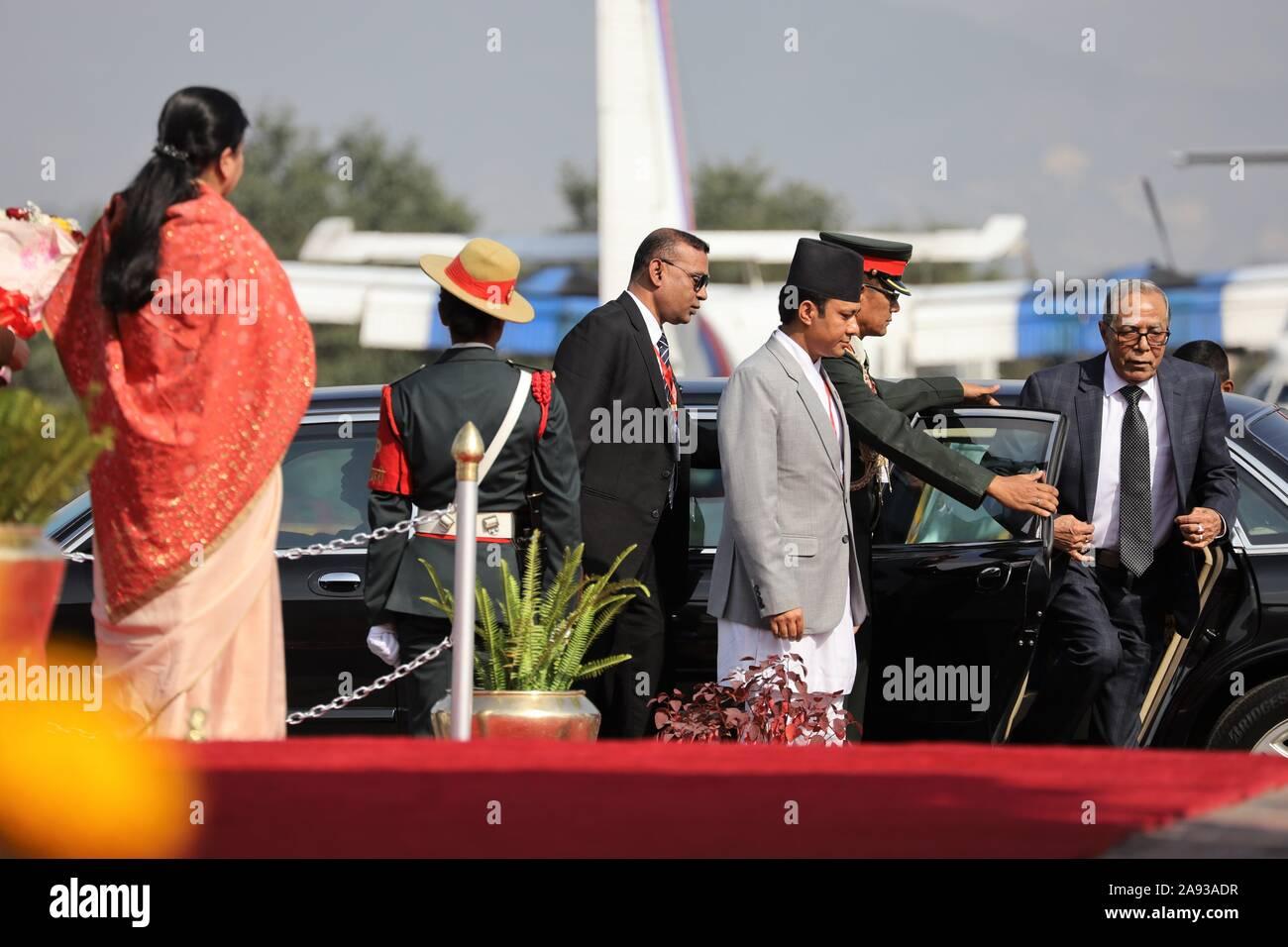 Kathmandu, Nepal. Xii Nov, 2019. Presidente del Bangladesh, Abdul Hamid arrivano presso l'aeroporto internazionale di Tribhuvan, Kathmandu, Nepal Martedì, Novembre 12, 2019. Presidente del Bangladesh, Abdul Hamid è su una quattro giorni di buona volontà ufficiale visita in Nepal, su invito del presidente del Nepal Bidhya Devi Bhandari. (Foto di Subash Shrestha che/Pacific Stampa) Credito: Pacific Press Agency/Alamy Live News Foto Stock