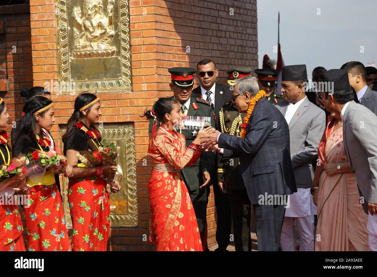 Kathmandu, Nepal. Xii Nov, 2019. Bambini nepalesi dando una ghirlanda al Presidente del Bangladesh, Abdul Hamid durante una cerimonia di benvenuto presso l'aeroporto internazionale di Tribhuvan, Kathmandu, Nepal Martedì, Novembre 12, 2019. Presidente del Bangladesh, Abdul Hamid è su una quattro giorni di buona volontà ufficiale visita in Nepal, su invito del presidente del Nepal Bidhya Devi Bhandari. (Foto di Subash Shrestha che/Pacific Stampa) Credito: Pacific Press Agency/Alamy Live News Foto Stock