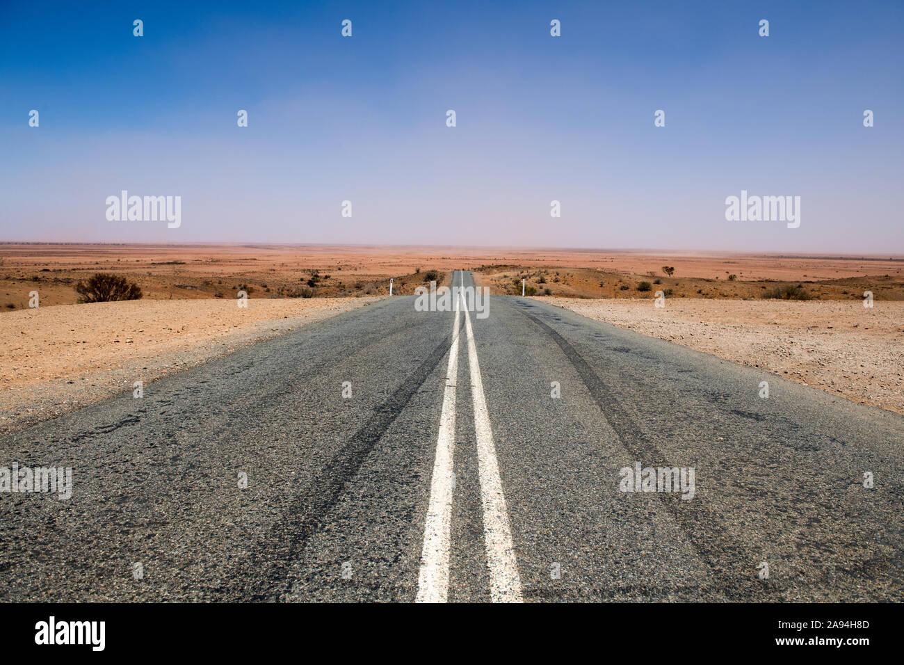 Vista di Wilangee Rd vicino al Mundi Mundi Lookout - Sliverton, Nuovo Galles del Sud, Australia Foto Stock