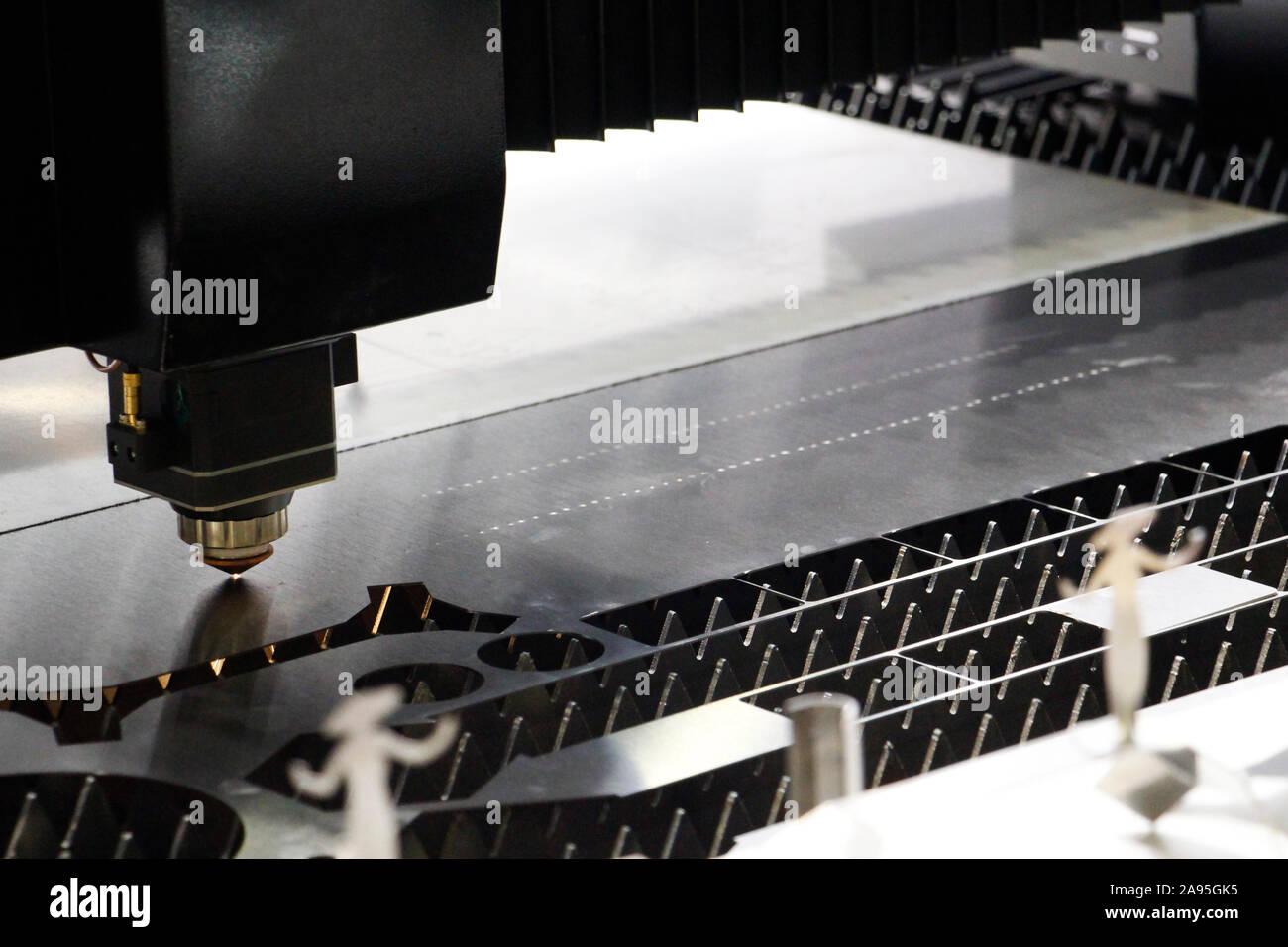 Macchina Laser per il metallo. Sistema di controllo CNC. Potente laser industriali cutter in una fabbrica. Il laser di fibra macchina progettata per il taglio di lamiere sottili. Foto Stock