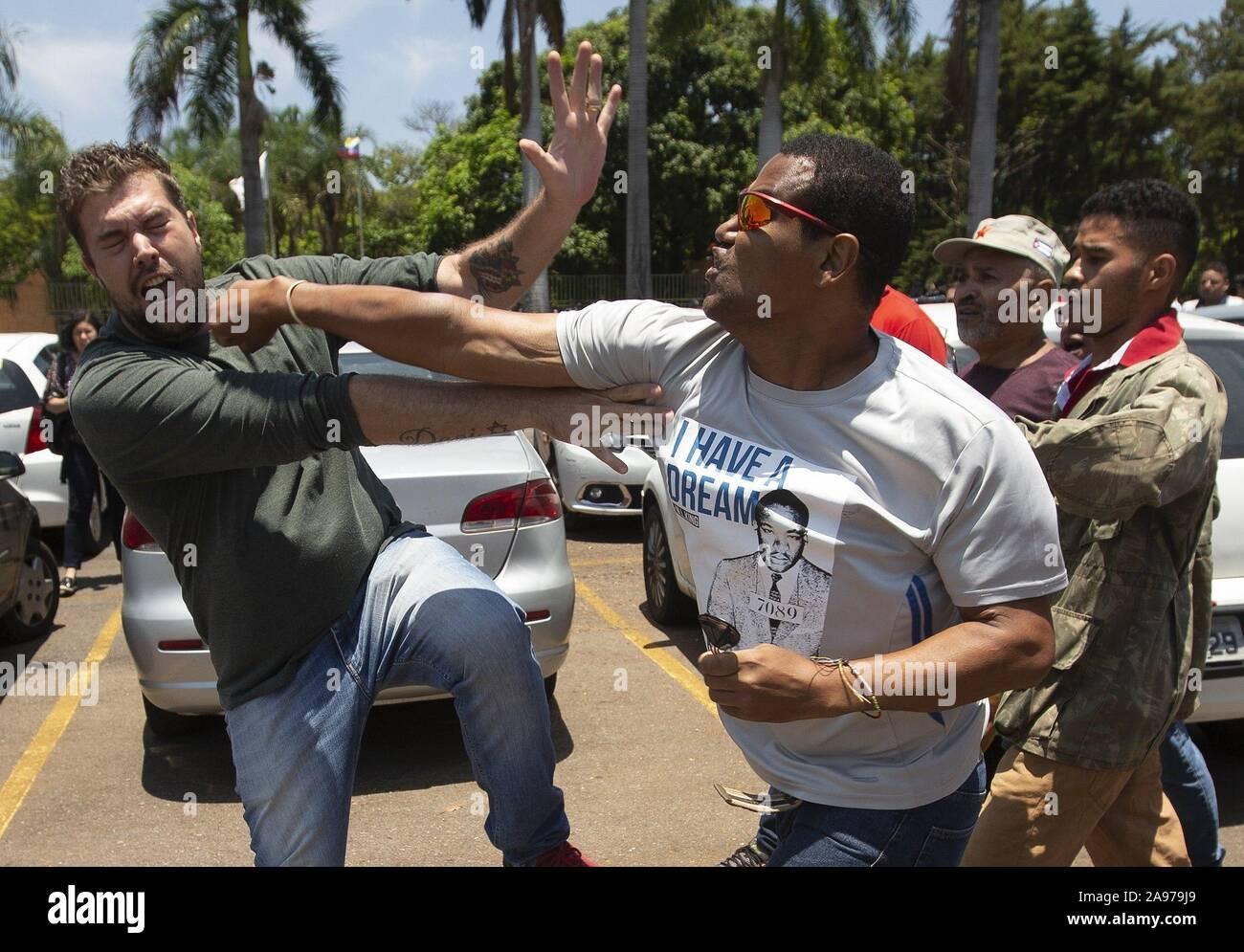 Brasilia, Brasile. Xiii Nov, 2019. I sostenitori del Presidente del Venezuela Nicolás Maduro lotta con i seguaci di Juan Guaido, capo dell'Assemblea nazionale del Venezuela e di auto-proclamato presidente in carica, come un gruppo di Guaido dei sostenitori di rimanere all'interno dell'Ambasciata venezuelana con l' intenzione di prendere in consegna, dopo diversi i funzionari venezuelani hanno ritirato il loro sostegno a Nicolás Maduro a Brasilia, Brasile, 13 novembre 2019. Credito: JOEDSON ALVES/EFE/Alamy Live News Foto Stock