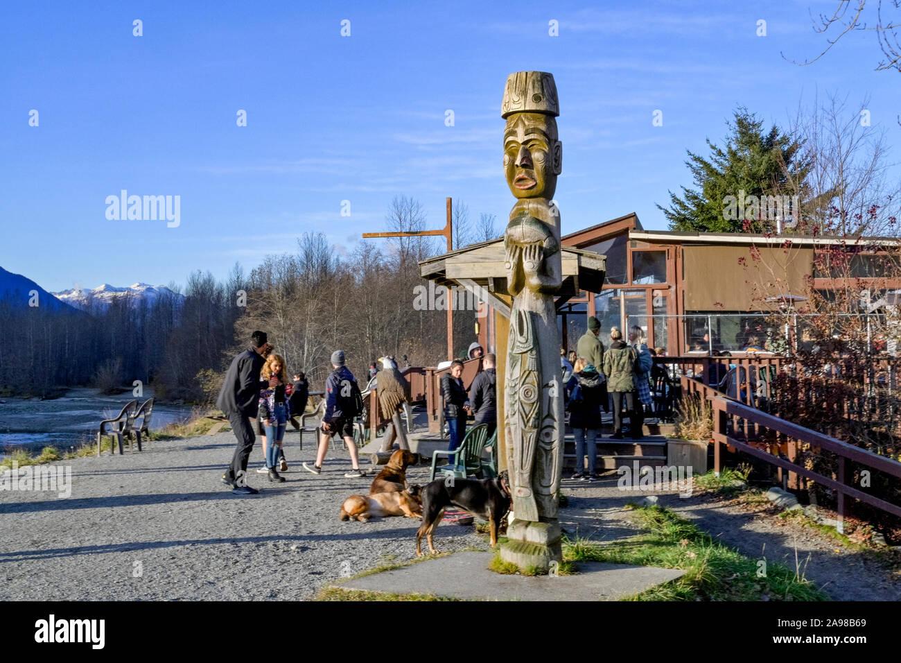 Il Totem Pole, benvenuti la figura, Eagle Run trail, Brackendale, British Columbia, Canada Foto Stock