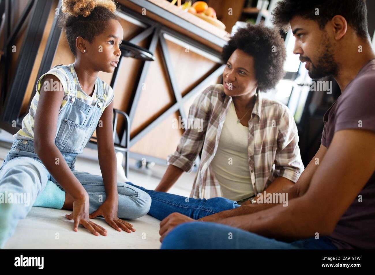 I genitori avente gravi conversazione con bambini adolescenti con problem solving atteggiamento Foto Stock