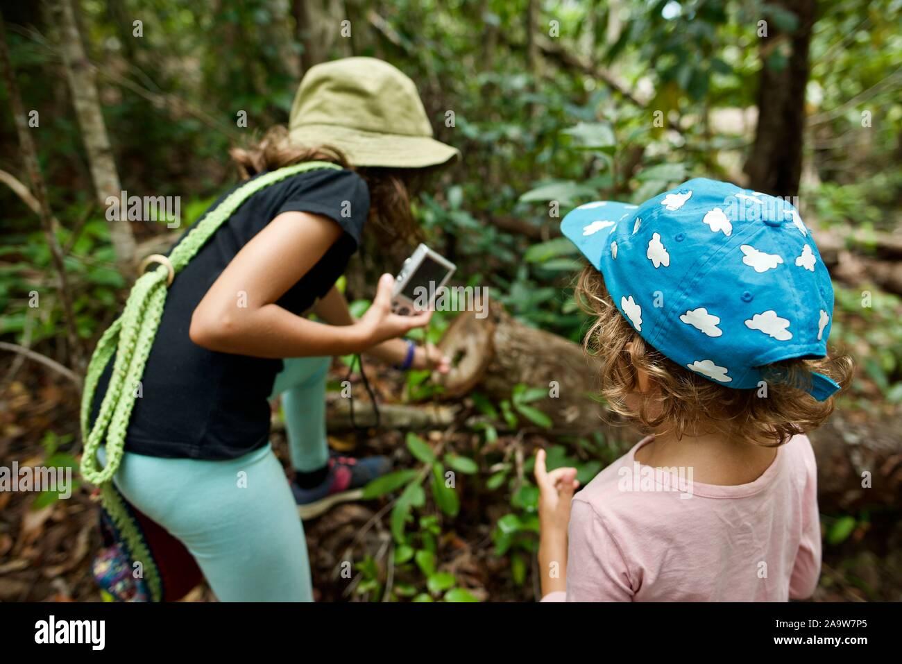 Bambini in età scolare che esplorando la natura, Honeyeater lookout sentiero escursionistico, Conway national park, Airlie Beach, Queensland, Australia Foto Stock