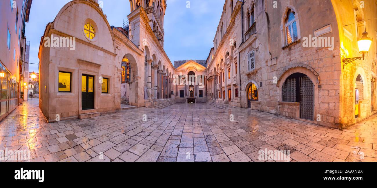 Vista panoramica del Peristilio, piazza centrale all'interno di Palazzo Diocleziano nella Città Vecchia di Spalato, la seconda città più grande della Croazia al mattino Foto Stock