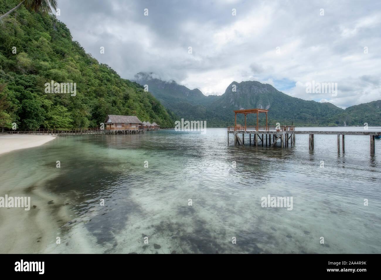 Il molo di legno su Ora Beach, Seram, ISOLE MOLUCCHE, INDONESIA Foto Stock