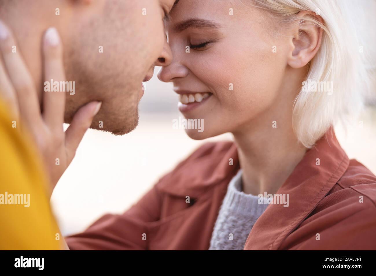 Due le persone che si preparano per il loro primo bacio Foto Stock
