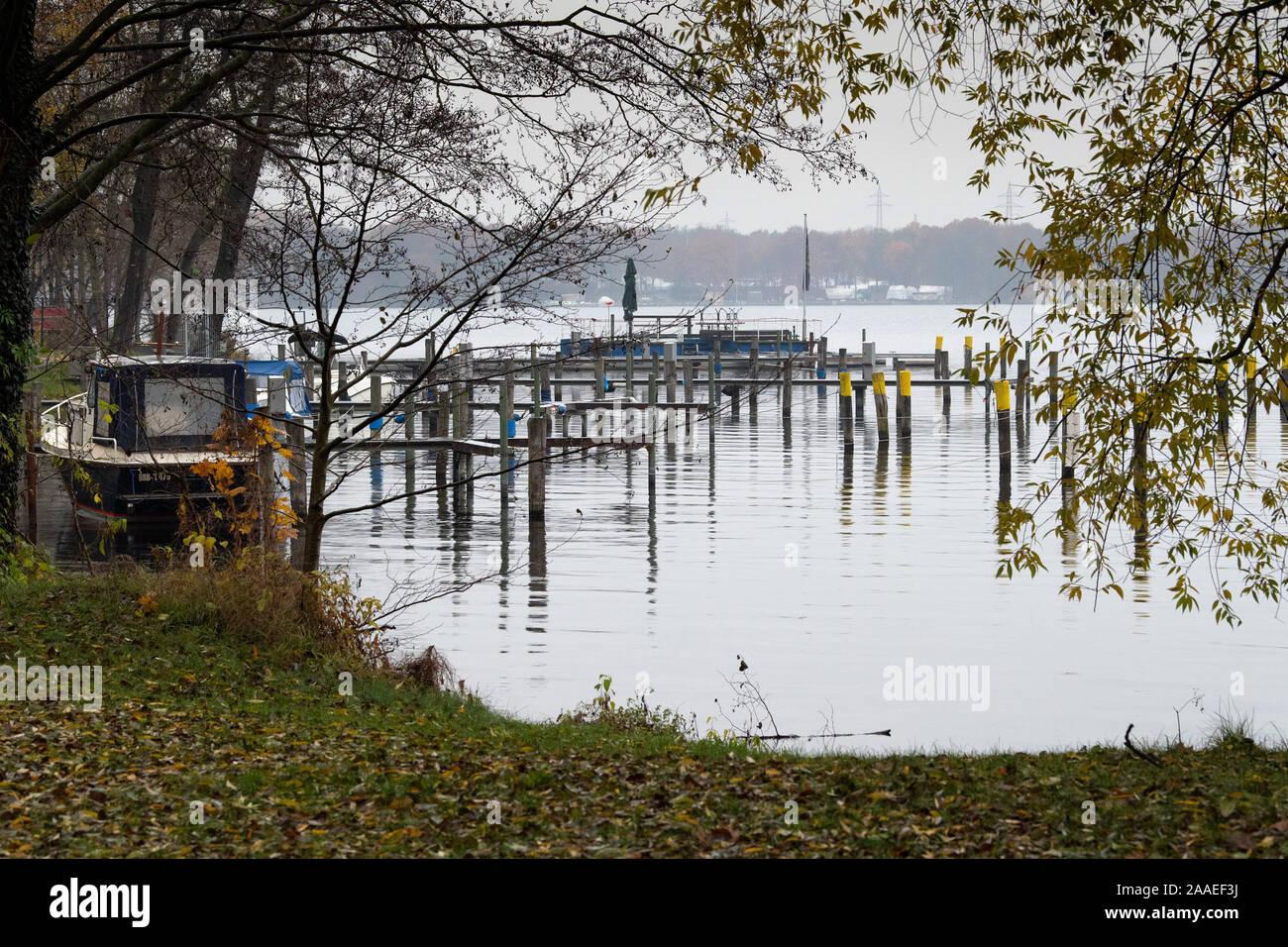 Potsdam, Germania. Xviii Nov, 2019. Un singolo battello si trova sulla riva del lago di Templin, accanto ai pontili vuota. Credito: Soeren Stache/dpa-Zentralbild/ZB/dpa/Alamy Live News Foto Stock