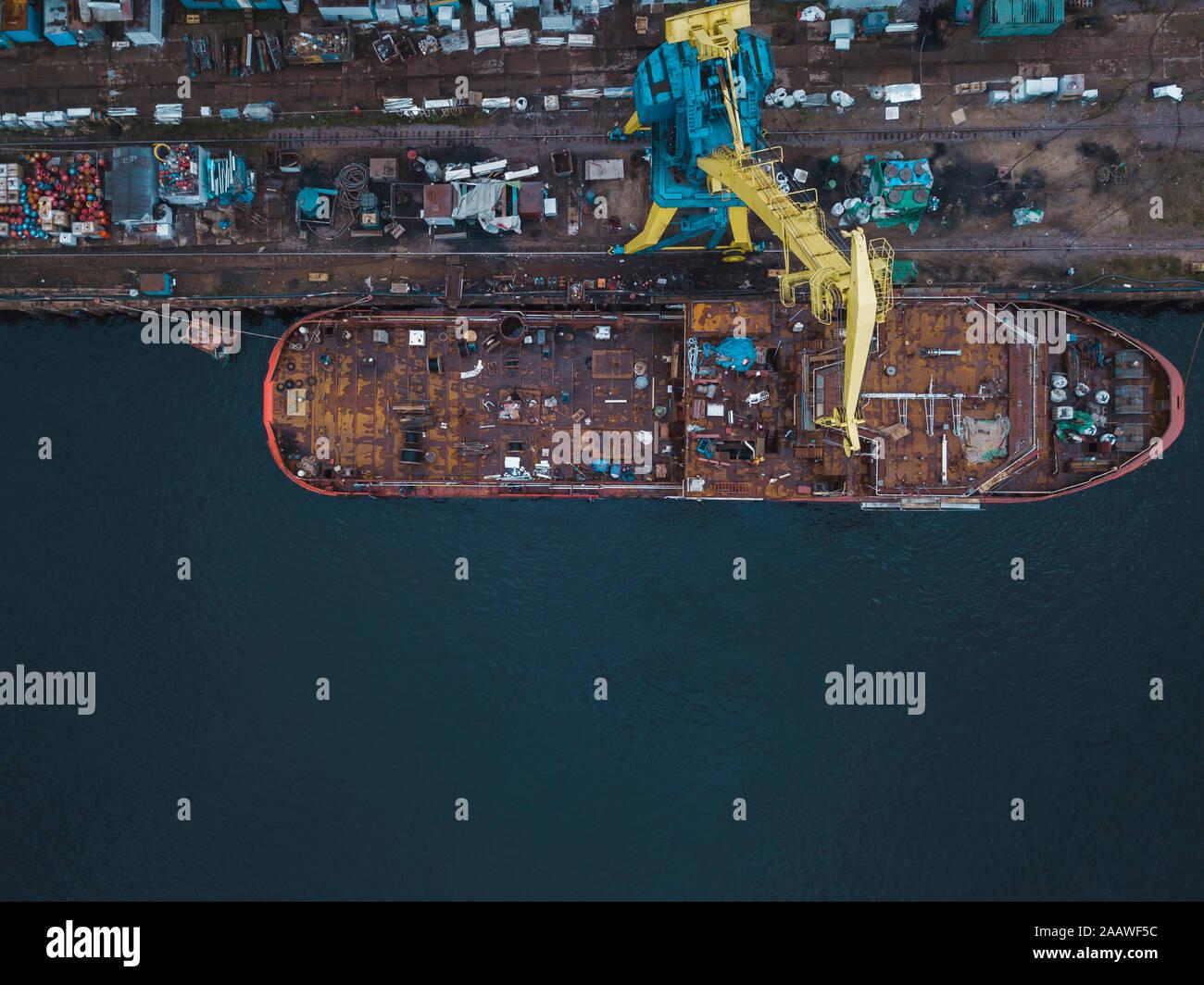 Drone vista della nave nel fiume Neva presso Shlisselburg, Russia Foto Stock