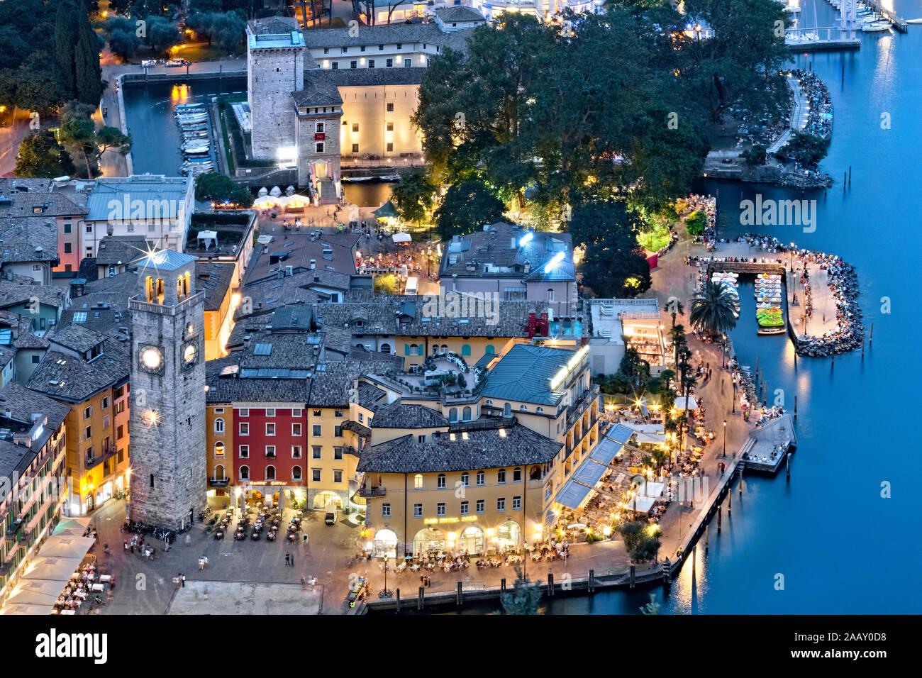Sul lago di Riva del Garda: La Torre Apponale e la Rocca (sede del Museo MAG - Alto Garda). Provincia Di Trento, Trentino Alto Adige, Italia. Foto Stock