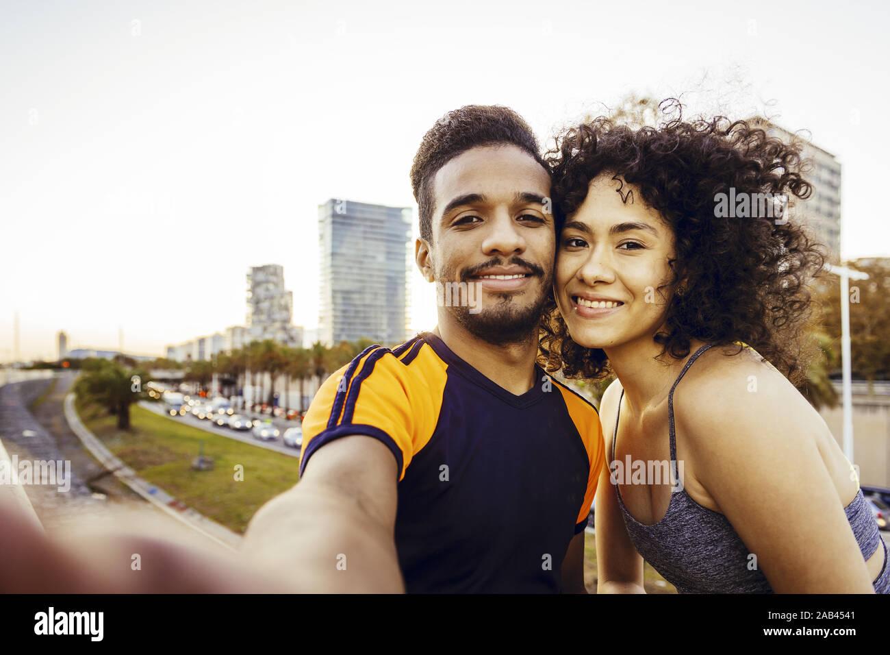 Uomo nero che esce con una latina