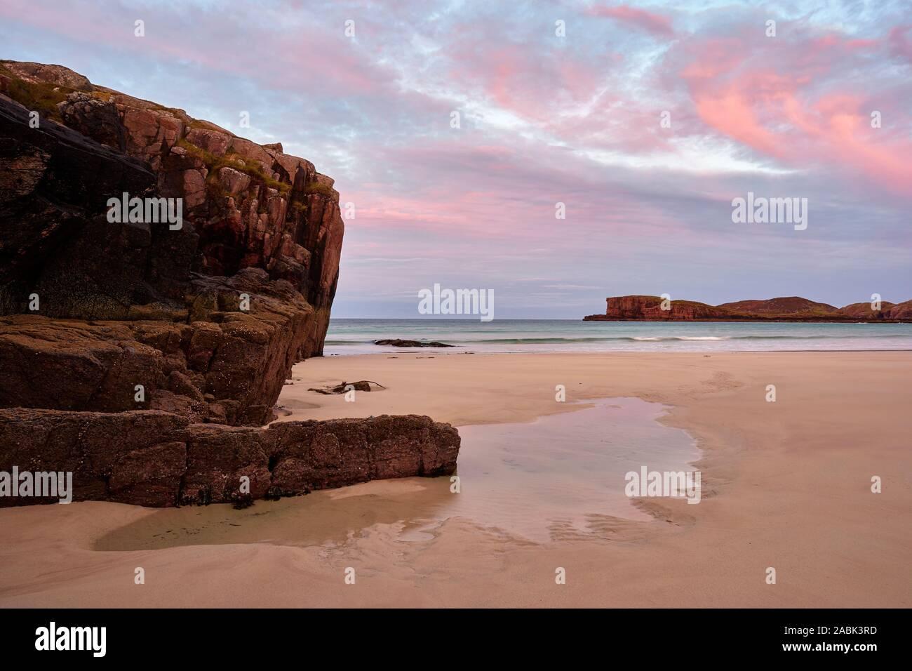 Oldshoremore bay nei pressi di Kinlochbervie, Sutherland, Highland, Scozia. A sunrise Foto Stock