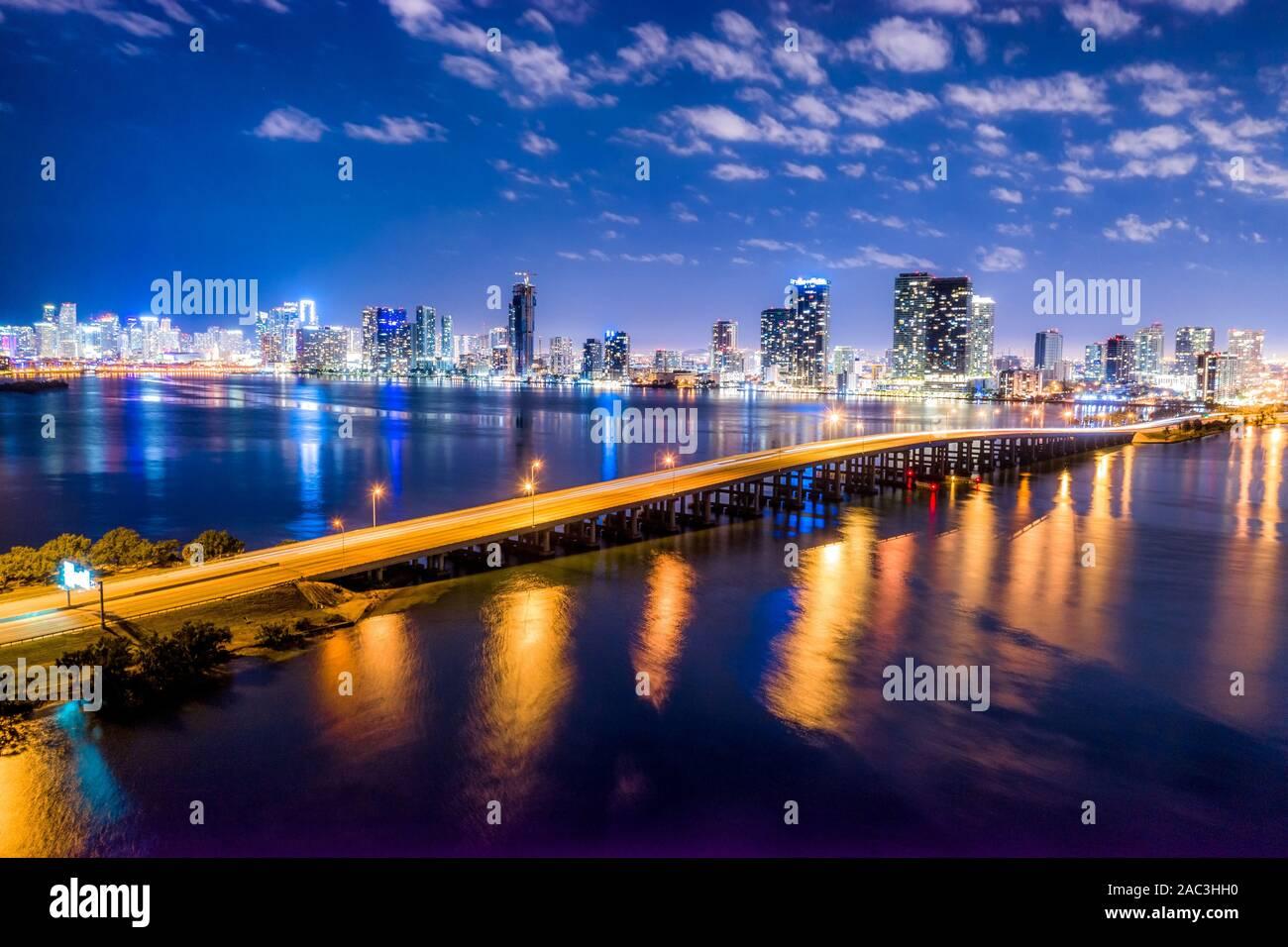 Antenna skyline di Miami notte lunga esposizione a Miami Beach e MacArthur Causeway Foto Stock