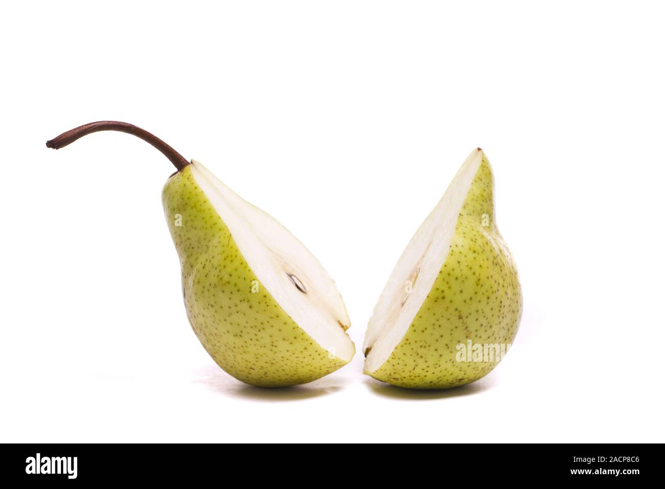 Verde a fette di pere a metà su bianco Foto Stock