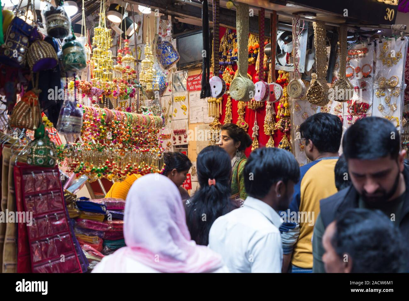 Donna shopping a Chandni Chowk Shop nella Vecchia Delhi India Foto Stock