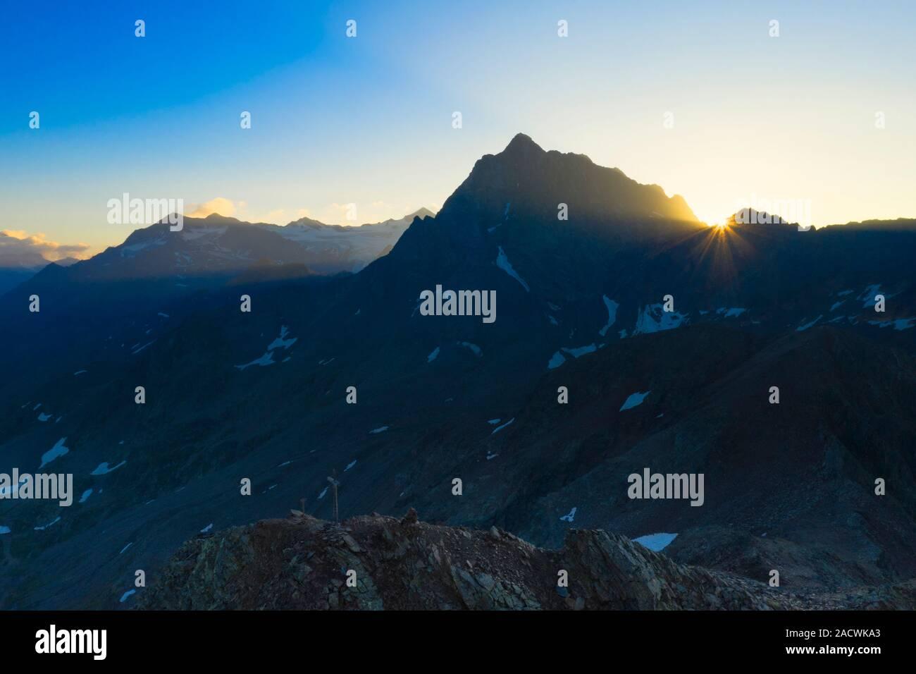 Corno dei Tre Signori illuminata dai raggi del sole all'alba, vista aerea, Passo Gavia, Valfurva Valtellina, provincia di Sondrio, Lombardia, Italia Foto Stock