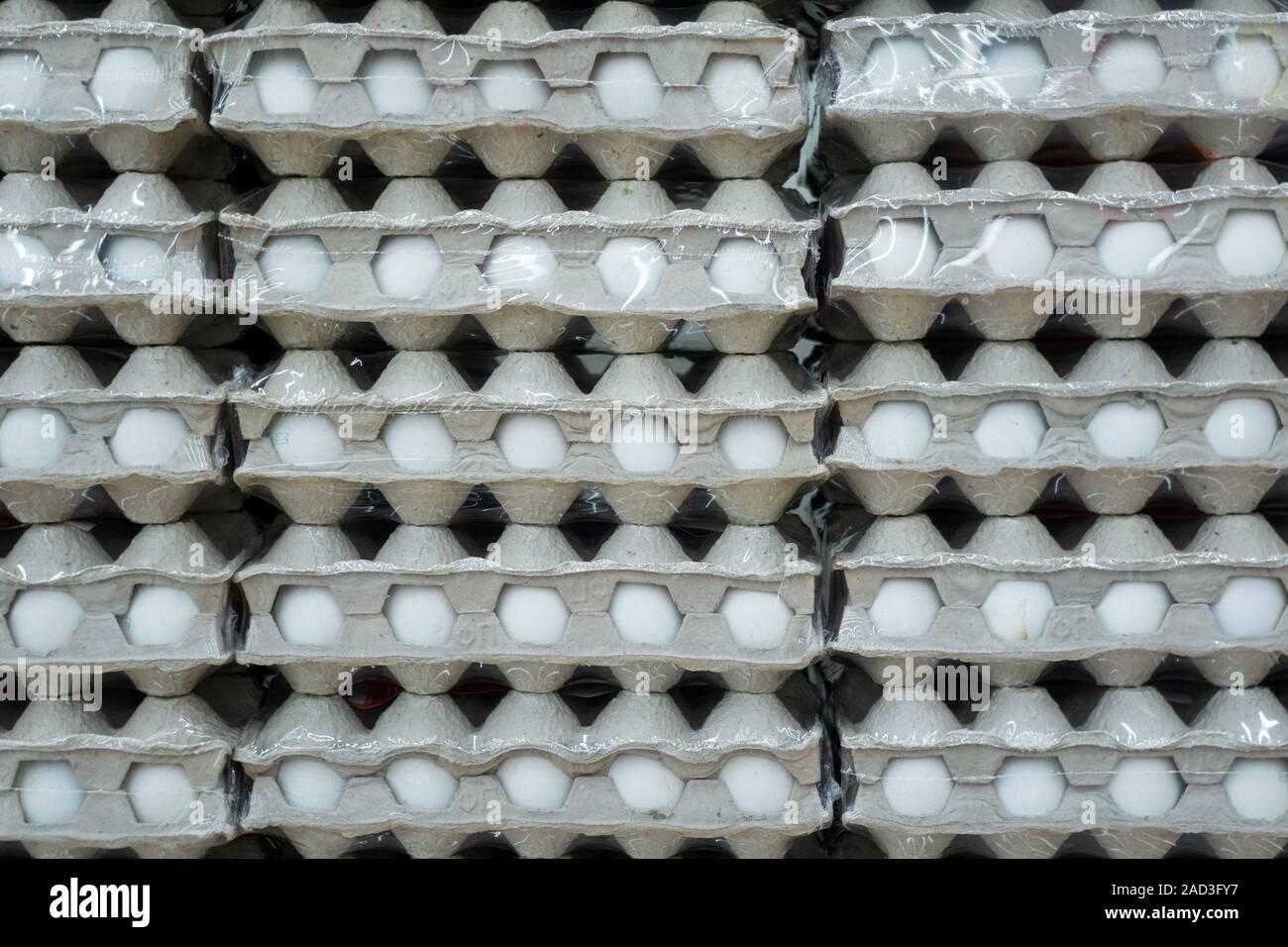 Molte scatole di uova visualizzato sullo scaffale di supermercato per la vendita. Foto Stock