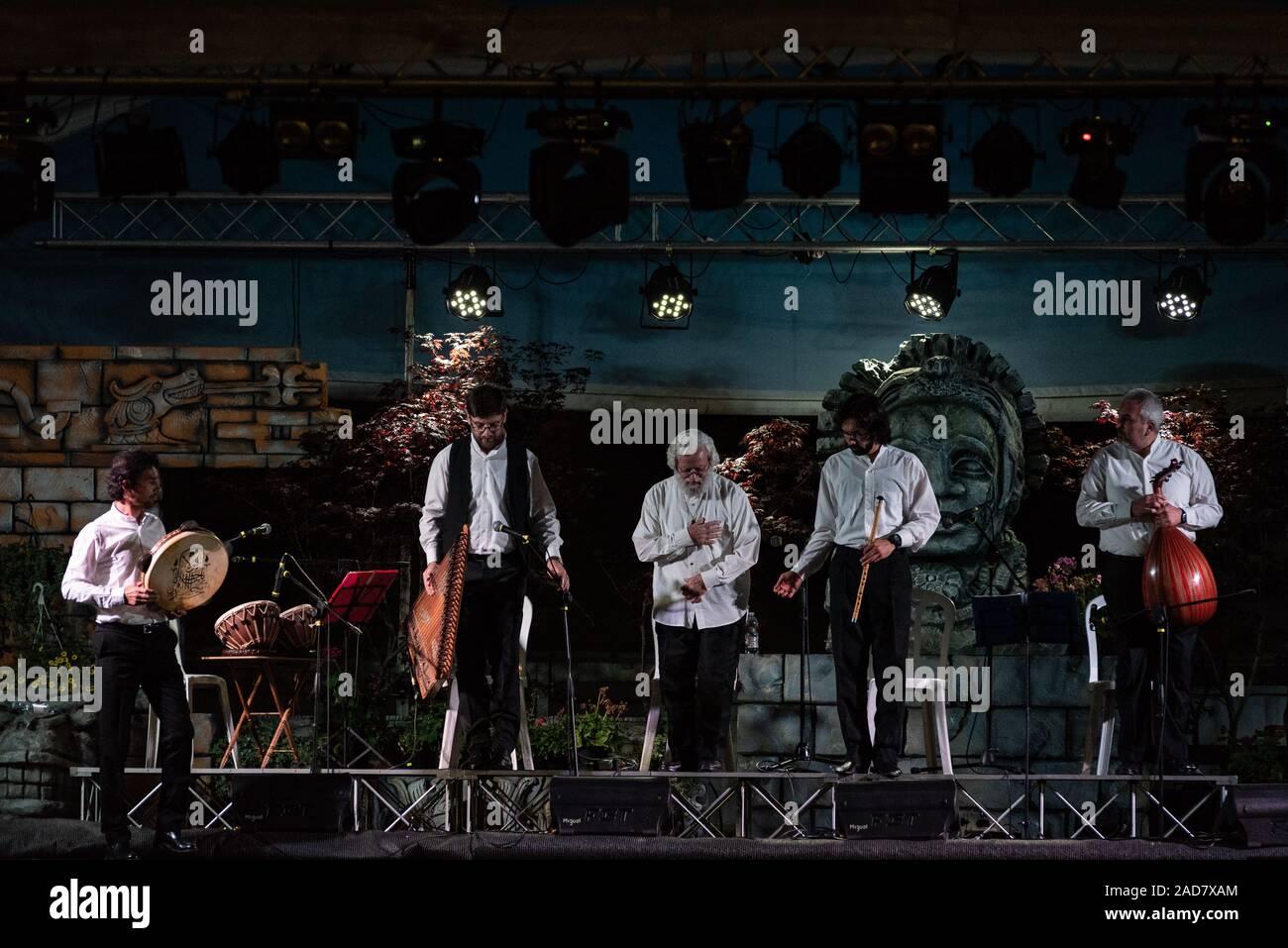 Il bagno turco whirling ballerini o whirling Sufi ballerini eseguono dei Mevlevi (derviscio armato) sema al festival LO SPIRITO DEL PIANETA Foto Stock