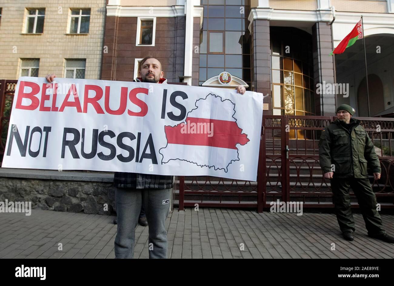 Un attivista detiene una targhetta durante una manifestazione di protesta contro l'integrazione Belarus-Russia programma, al di fuori dell'Ambasciata bielorussa a Kiev.manifestanti contrari alla integrazione della Bielorussia e della Russia e ritengono che firmano un nuovo accordo di approfondimento dell'integrazione può portare alla Bielorussia di perdere la propria indipendenza. I presidenti di Russia e Bielorussia, Vladimir Putin e Alexander Lukashenko incontrare e parlare di mappe stradali per l'integrazione dei due paesi che si svolgono in Russia il 7 dicembre 2019, in base a quanto riferito dai media. Foto Stock