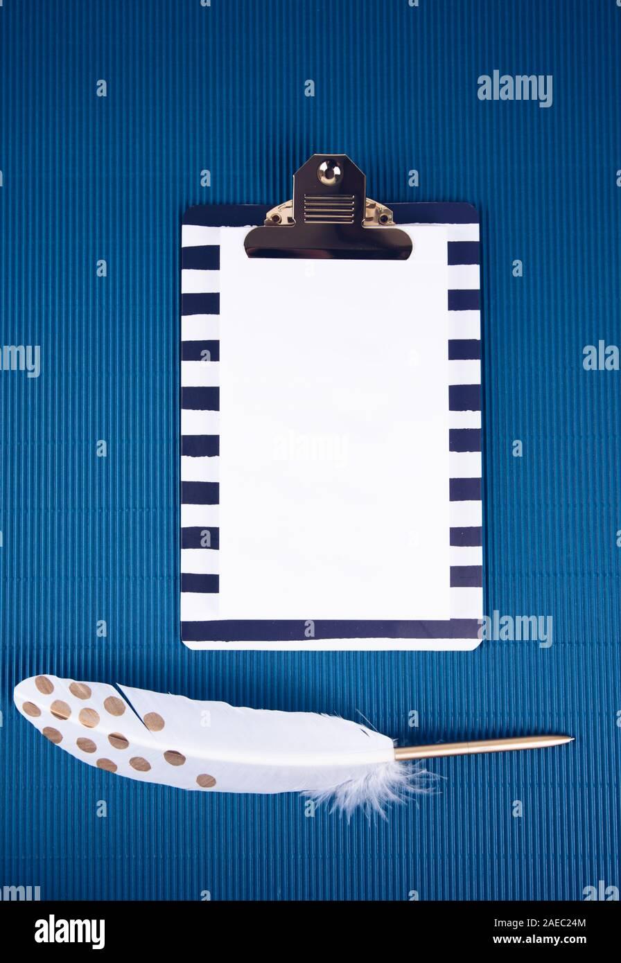 Forniture scolastiche su uno sfondo blu. Colore alla moda. Foto Stock