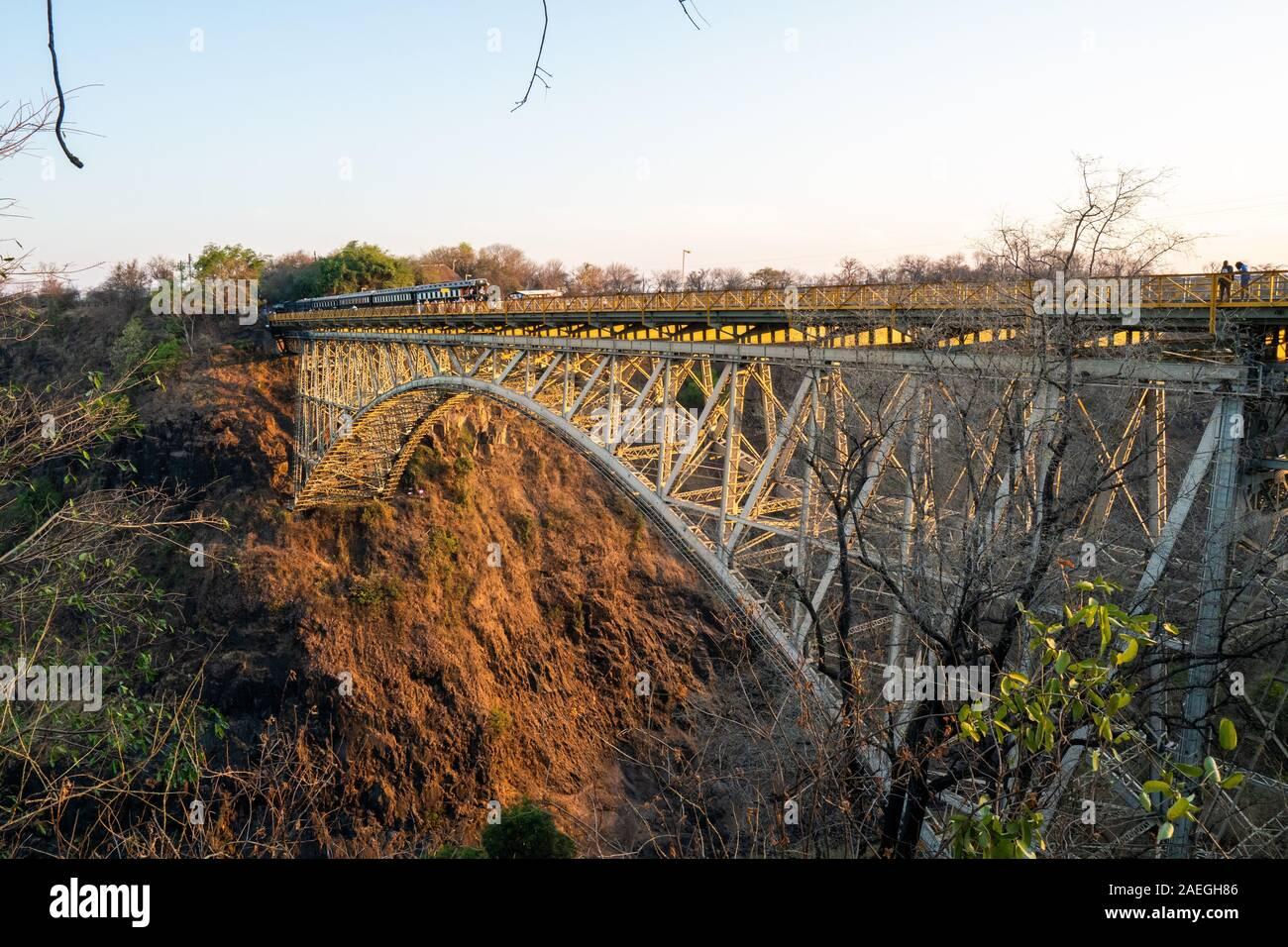La Victoria Falls Bridge segna il confine tra Zambia e Zimbabwe in Africa australe Foto Stock