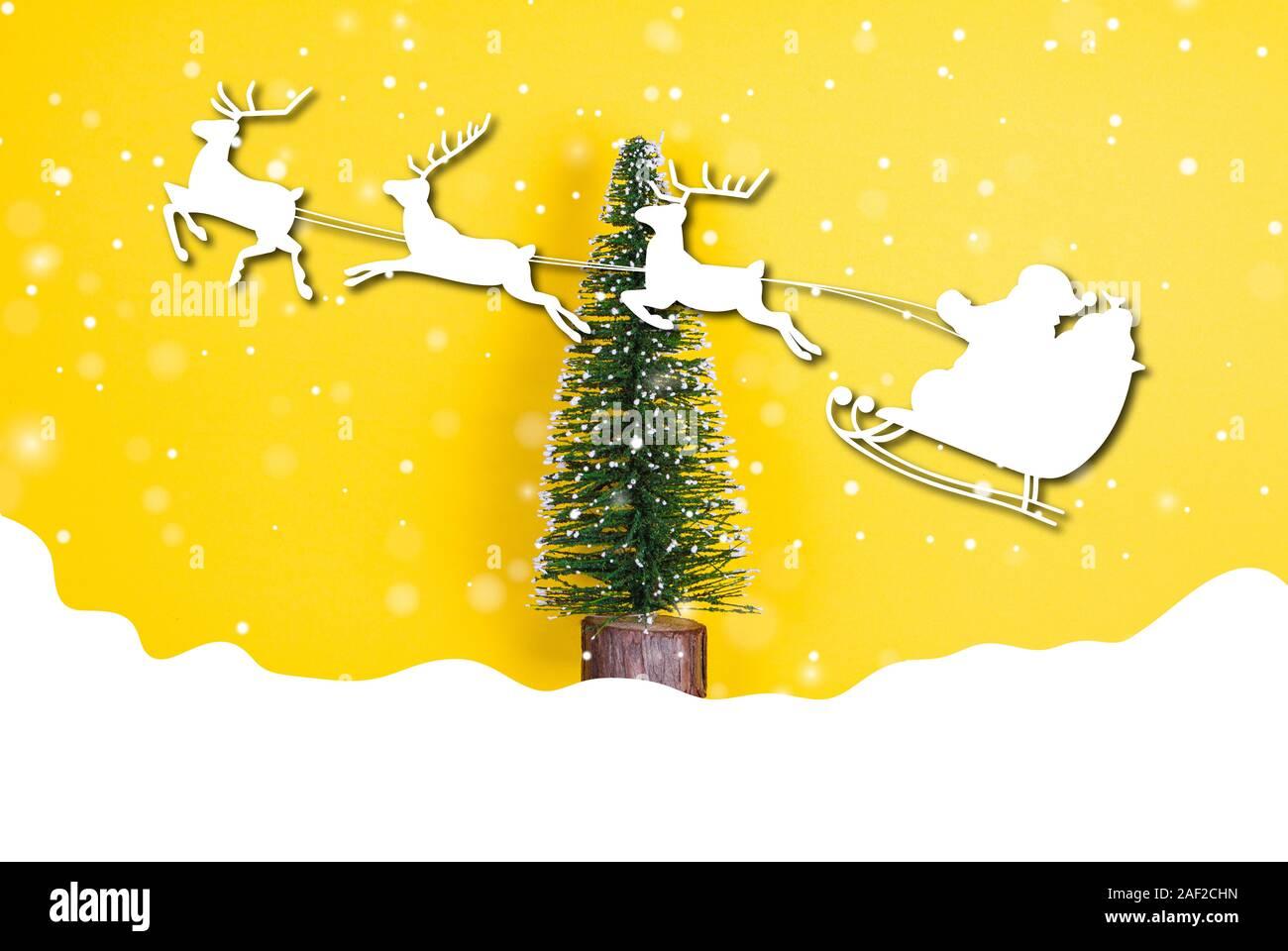 Foto Con La Neve Di Natale.Albero Di Natale Con La Neve E Santa Con Le Renne Graphics Foto Stock Alamy
