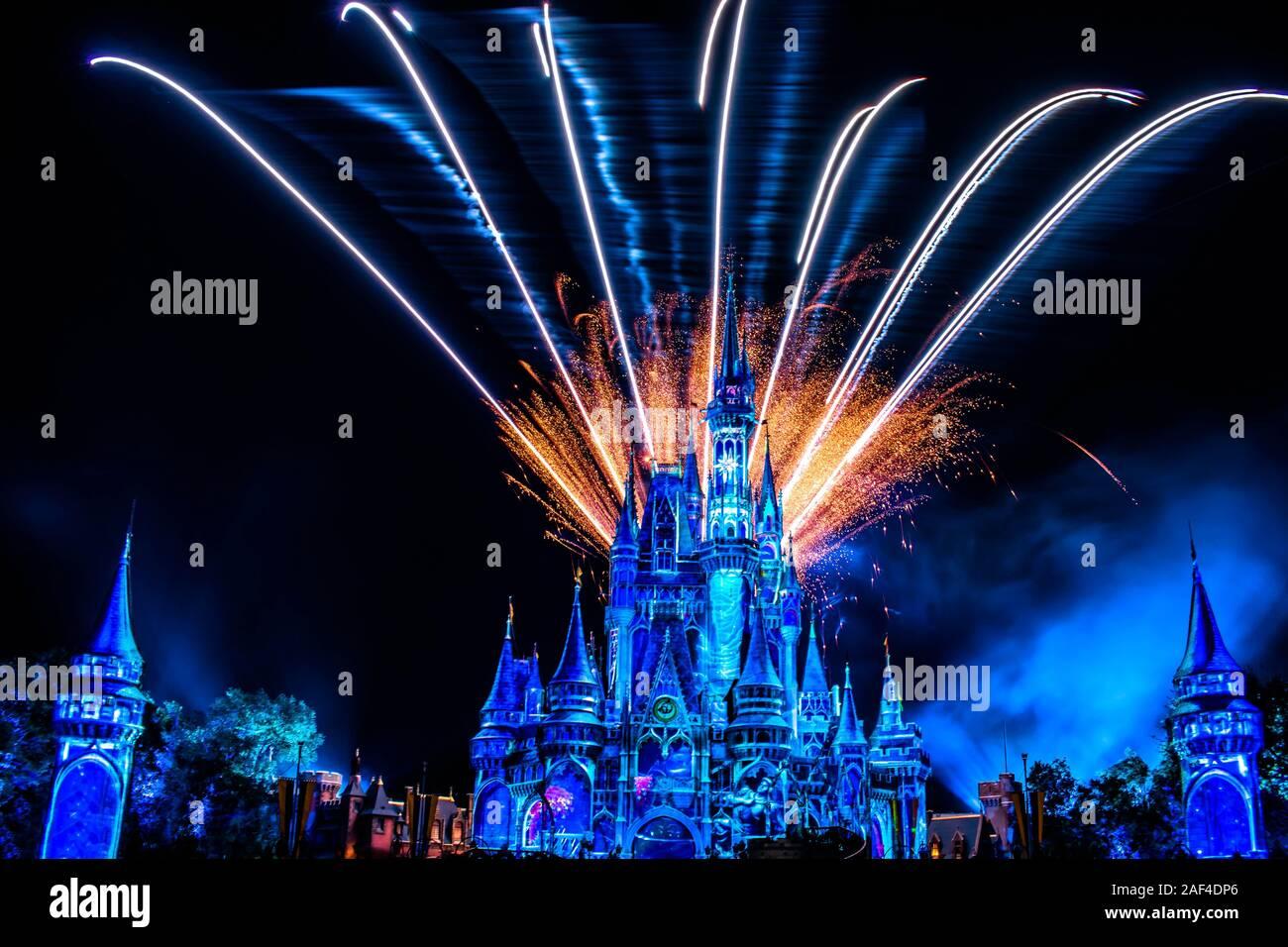 Orlando, Florida. Dicembre 05, 2019. Felicemente mai dopo è spettacolare spettacolo di fuochi d'artificio a Cenerentola del castello e il Magic Kingdom Foto Stock