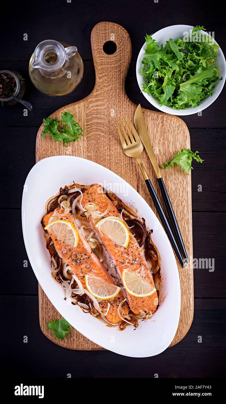 Cotto al forno filetto di salmone con verdure fresche insalate. Cibo sano. Ketogenic/paleo dieta. Vista superiore, spazio di copia Foto Stock