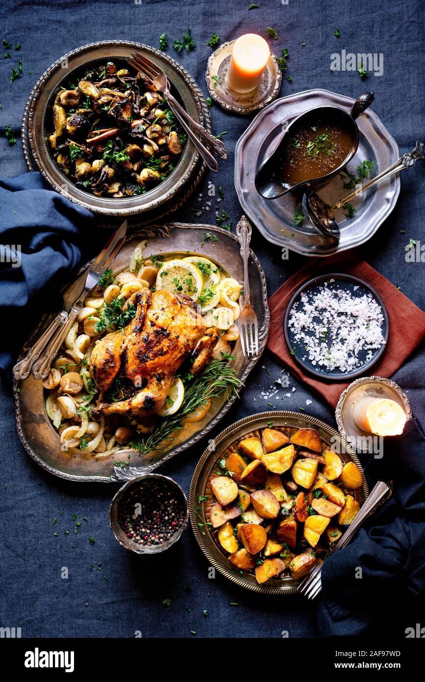 Pollo arrosto cena con grigliate di cavolini di Bruxelles con i finferli e patate arrosto con il prezzemolo e il sale. Foto Stock