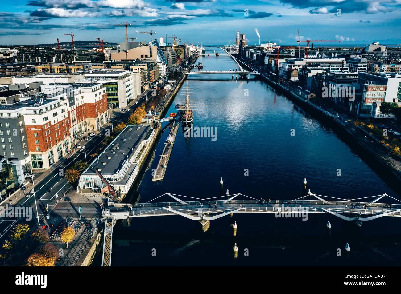 Antenna di città di Dublino vista sul fiume Liffey .Samuel Beckt e Sean O'Casey Bridge Foto Stock