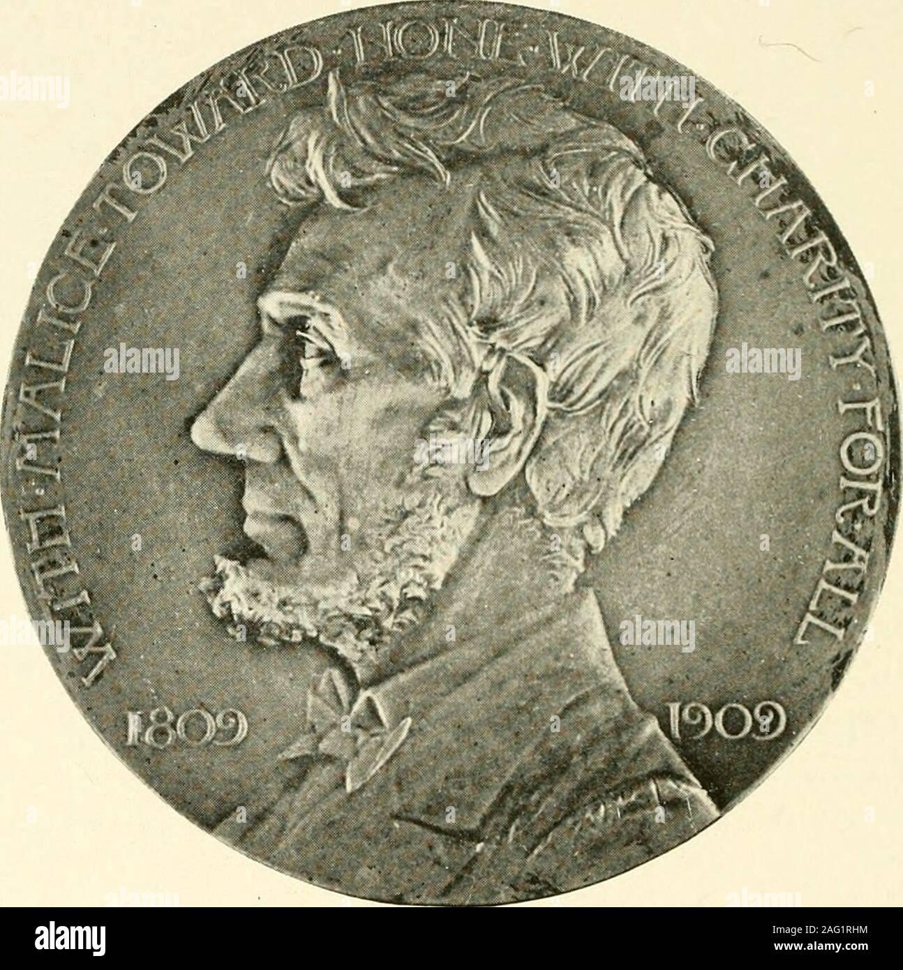 . I poeti' Lincoln : omaggi in versi ai martiri Presidente. Dei nostri presidenti (vedere pagina 80) si siede là sul basso, rude, banco backless,con il suo tall hat accanto a lui e uno armFlung, così, attraverso il suo ginocchio. Altri handRests, piatta, palm verso il basso, da lui sul sedile.in modo yEsop può avere sat; così Lincoln ha fatto.per tutta la tristezza in sunken occhi,per tutti la regalità nel uncrowned brow,la grande forma si appoggia in modo cordiale, padre-come,è una chiamata per i bambini. Ho watchedEight in un momento sciamare su di lui vi,tutti aggrappati a lui-riding sulle sue ginocchia,Coccole tra le sue braccia, claspi Foto Stock