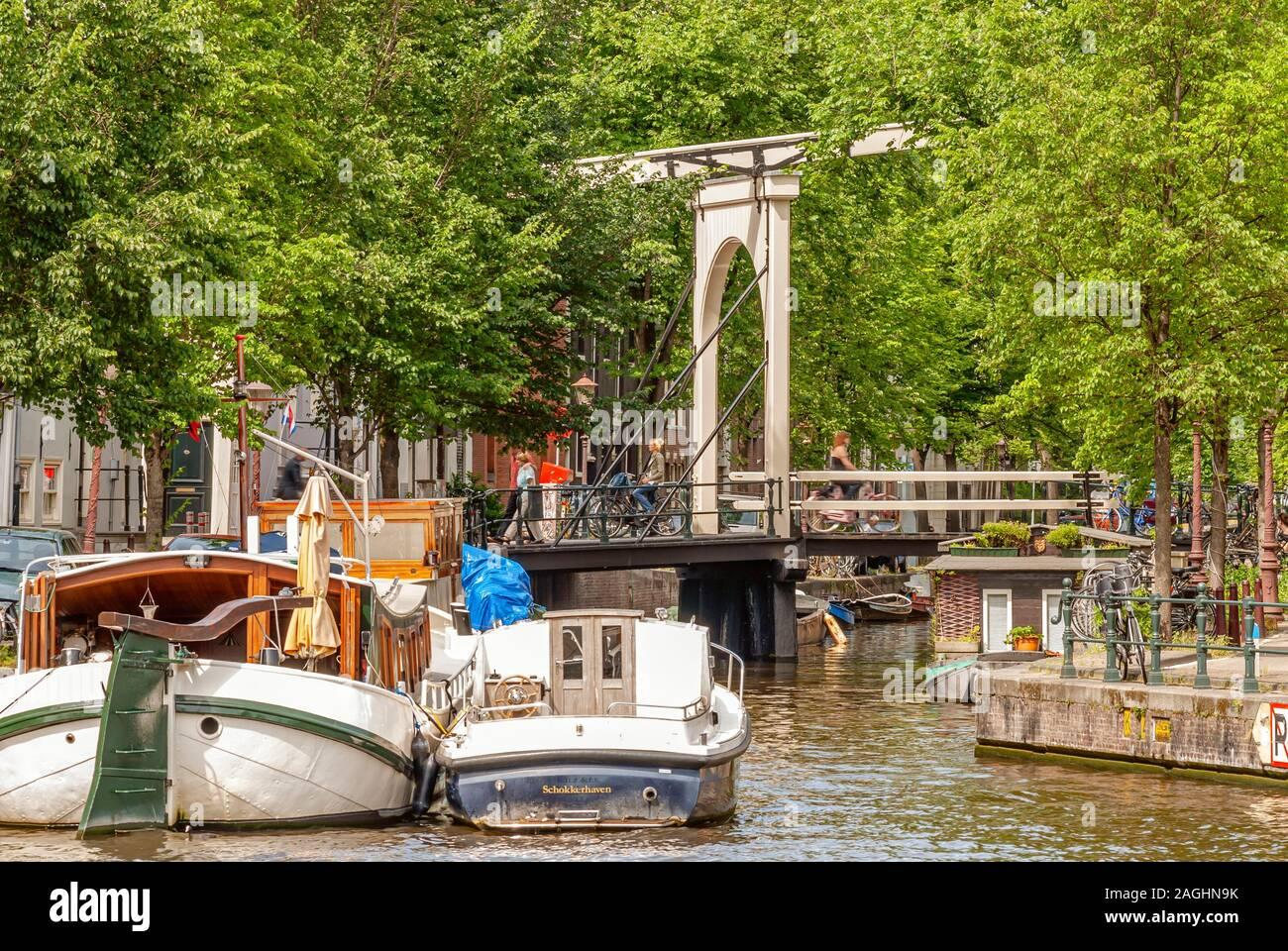 Casa barche in un canale di acqua nel centro della città di Amsterdam, Netherlande Foto Stock