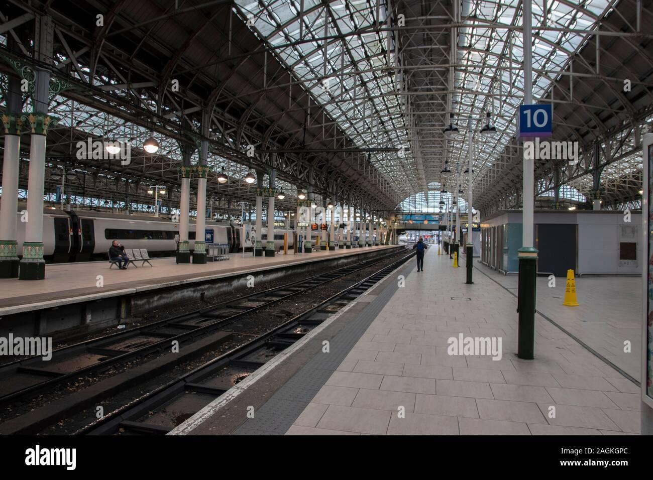 Piattaforma alla stazione di Piccadilly Manchester Inghilterra 2019 Foto Stock