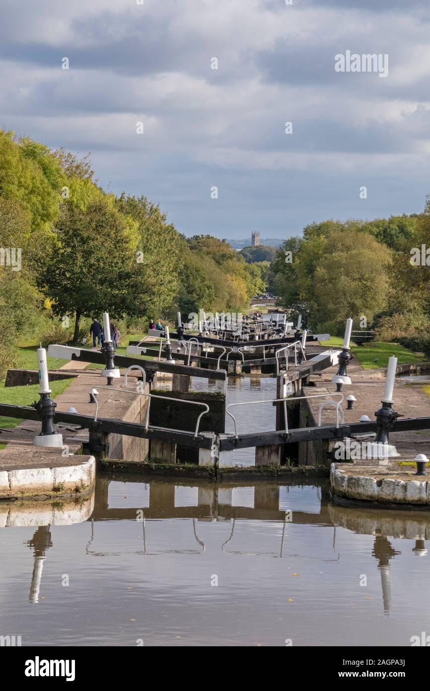 Hatton Locks sul Canal Grande Union guardando verso Warwick, Hatton Warwickshire, Inghilterra, Regno Unito. Foto Stock