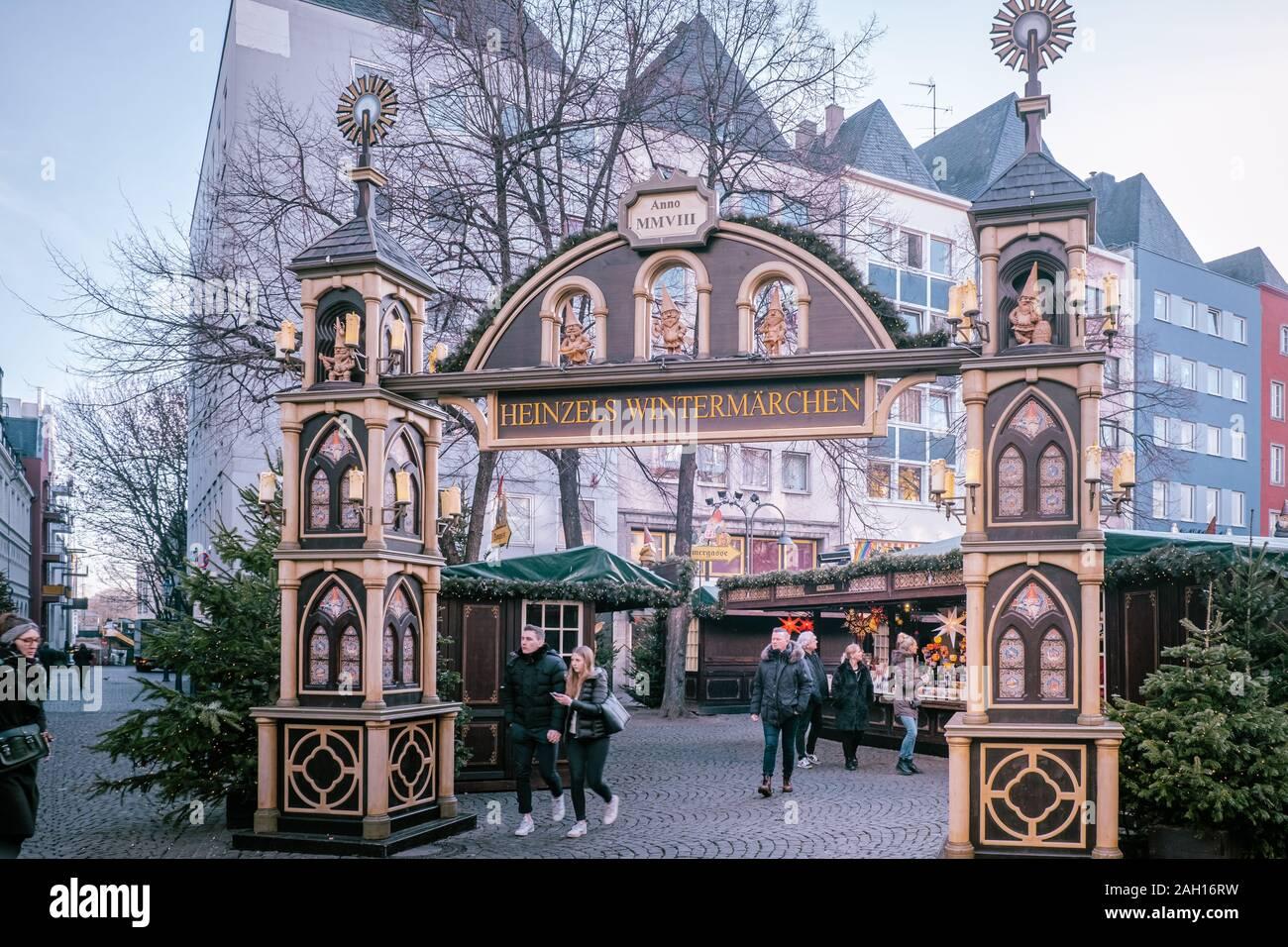 Colonia Germania dicembre 2019, persone al mercato di Natale con la cattedrale di Colonia Foto Stock