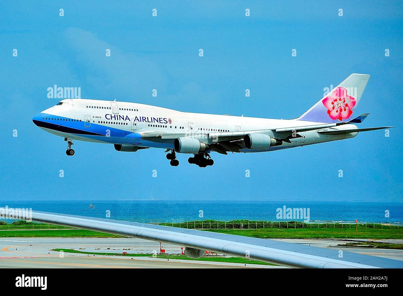 China Airlines Boeing B-747-400, B-18210, atterrando all'Aeroporto di Naha, Okinawa, in Giappone Foto Stock