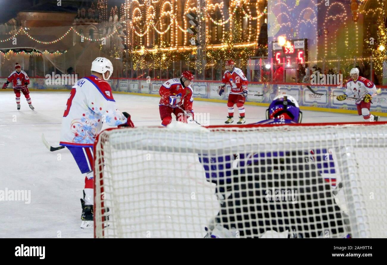 Il presidente russo Vladimir Putin, #11, durante un amichevole hockey su ghiaccio corrispondono nella notte Hockey League a grandi magazzini GUM pattinaggio su ghiaccio in Piazza Rossa Dicembre 25, 2019 a Mosca, in Russia. Foto Stock